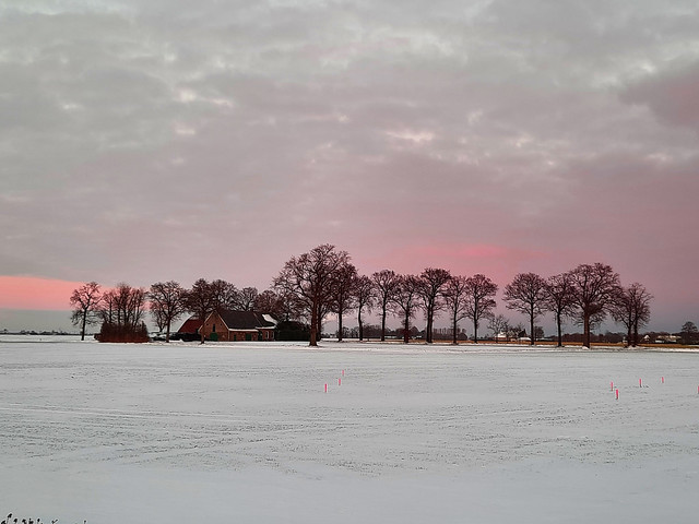 besneeuwd landschap met oude hoeve