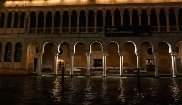 Dans la nuit vénitienne, Canal Grande, Venise, Vénétie, Italie.