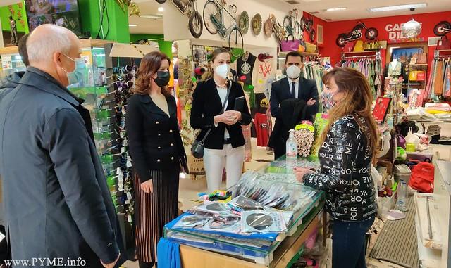 Instantánea de la visita de la consejera de Empleo y el director general de Comercio de la Junta de Castilla y León, junto a ACCIVISA, a los negocios del casco viejo de Salamanca