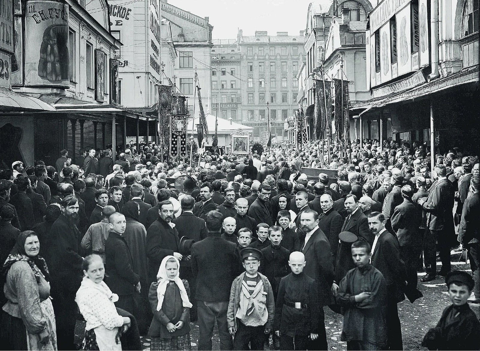 1912. Крестный ход у торговых корпусов Апраксина Двора