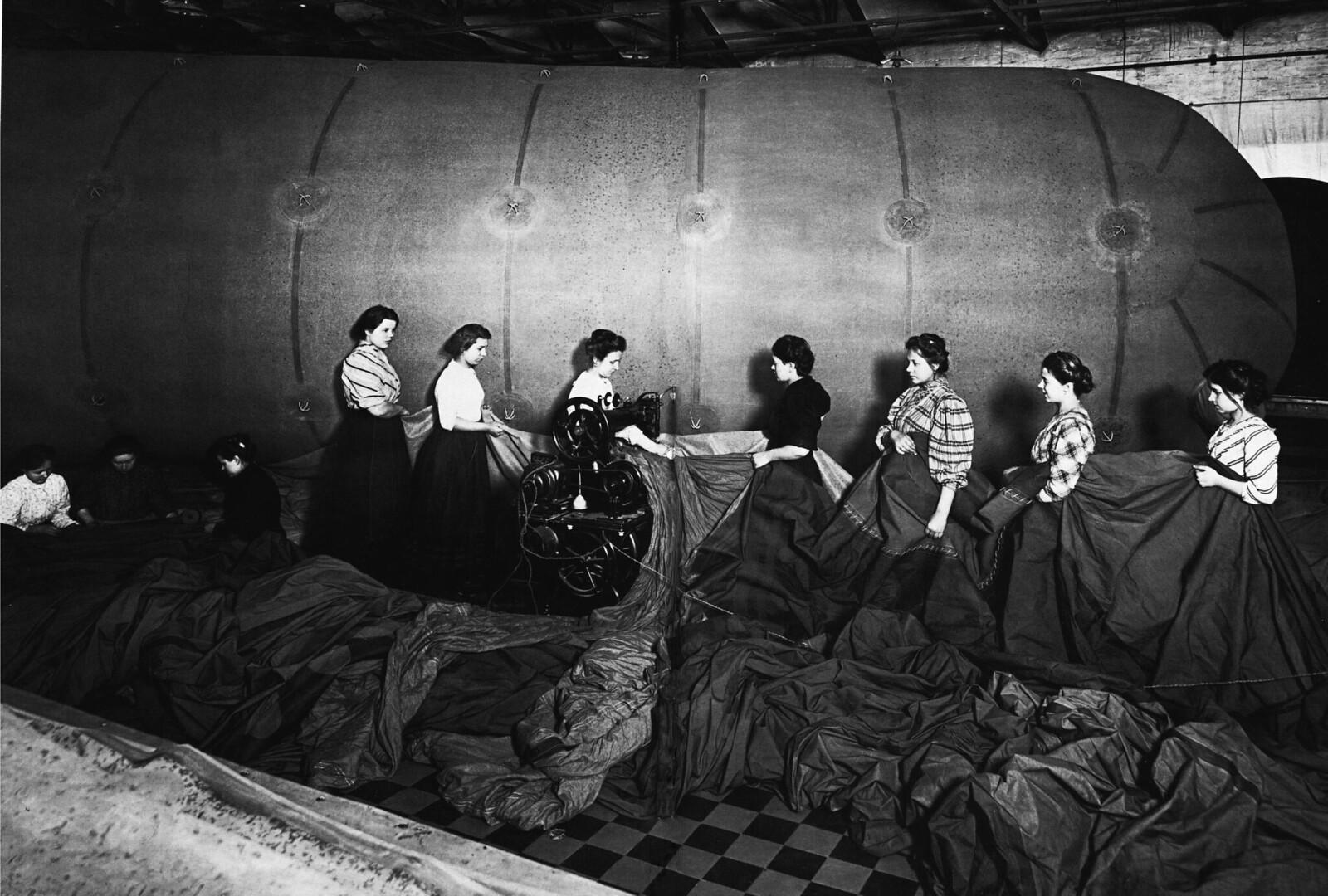 1911. Изготовление аэростата в одном из цехов завода «Треугольник»