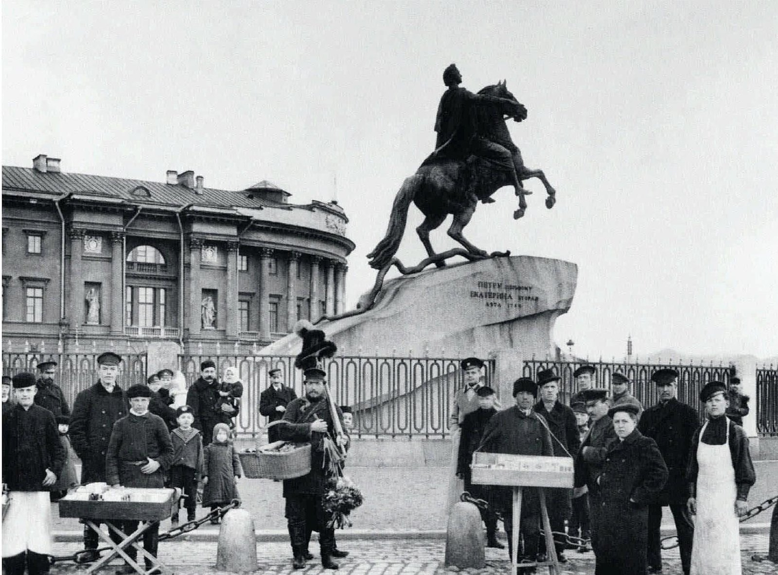 1910. Группа разносчиков у памятника Петру I на площади императора Петра I