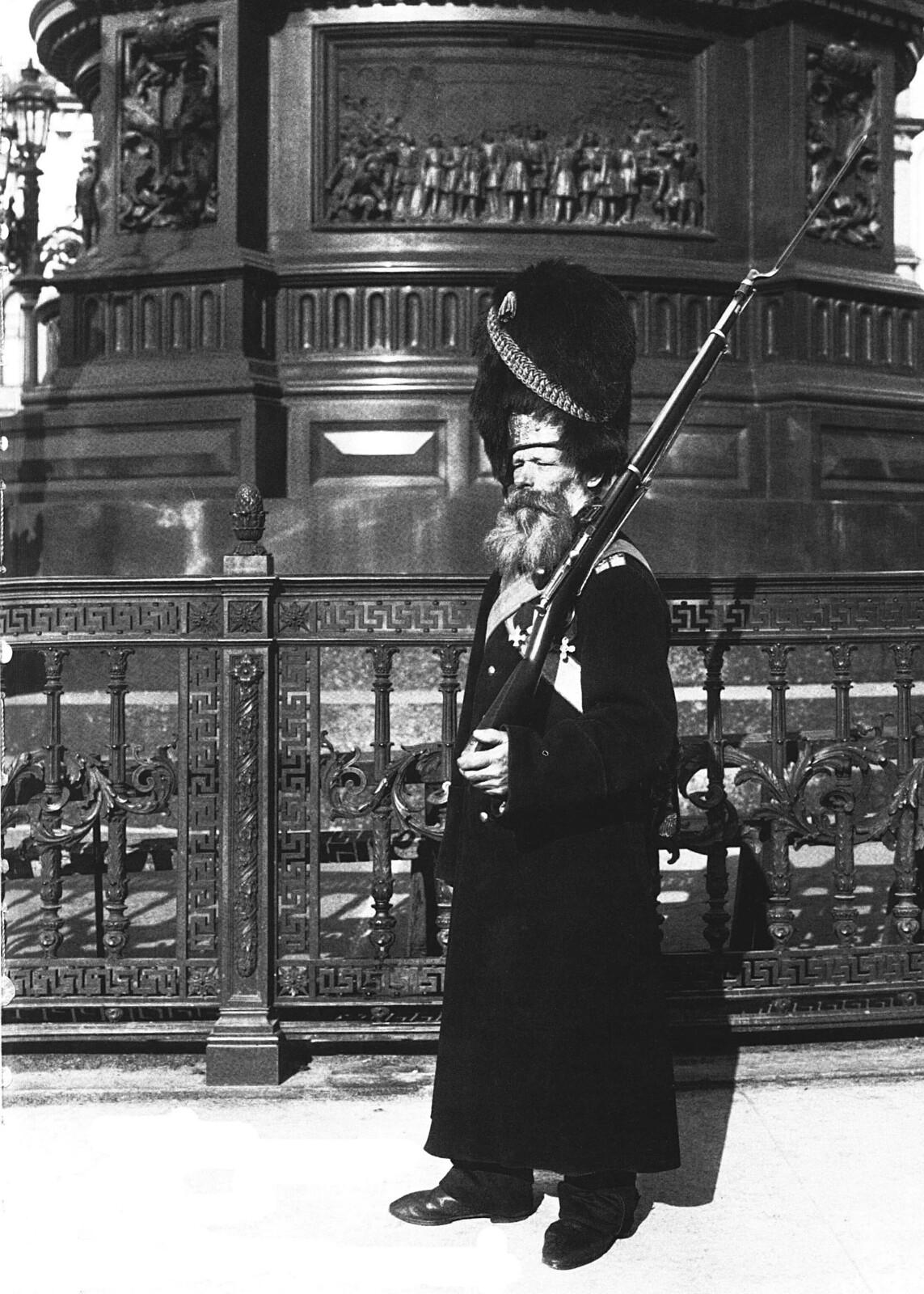 1913. Дворцовый гренадер на Дворцовой площади