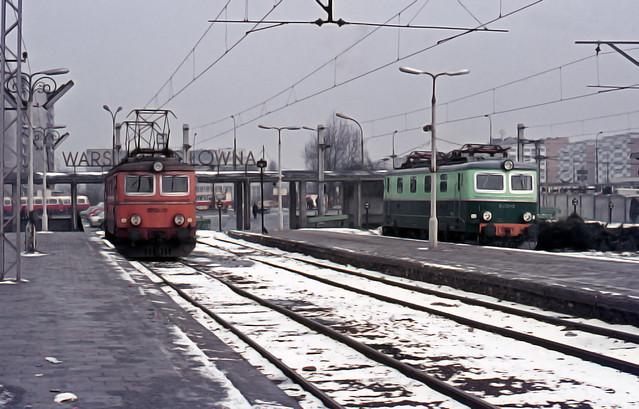 PKP552 EP05-22 and EU05-13 @ Warsawa Glowna 3-76