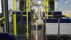 Skelett im Bus0016