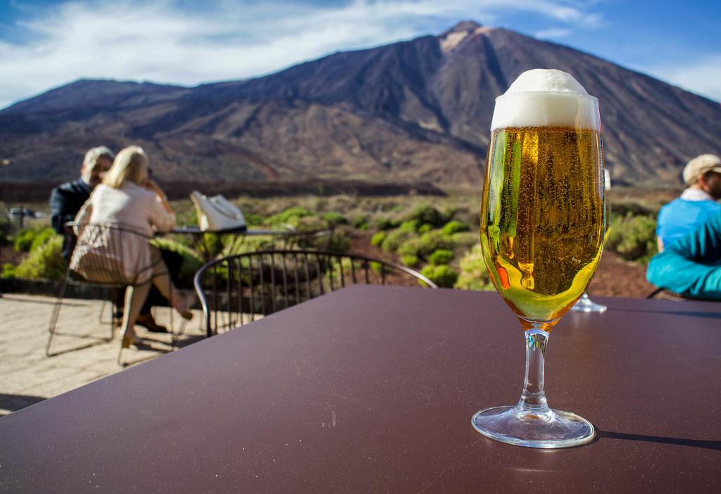 Cerveza en el parador con vistas al Teide