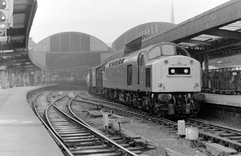 A class 40 hauled freight, possibly the ICI ammonia train, Newcastle Central 1983