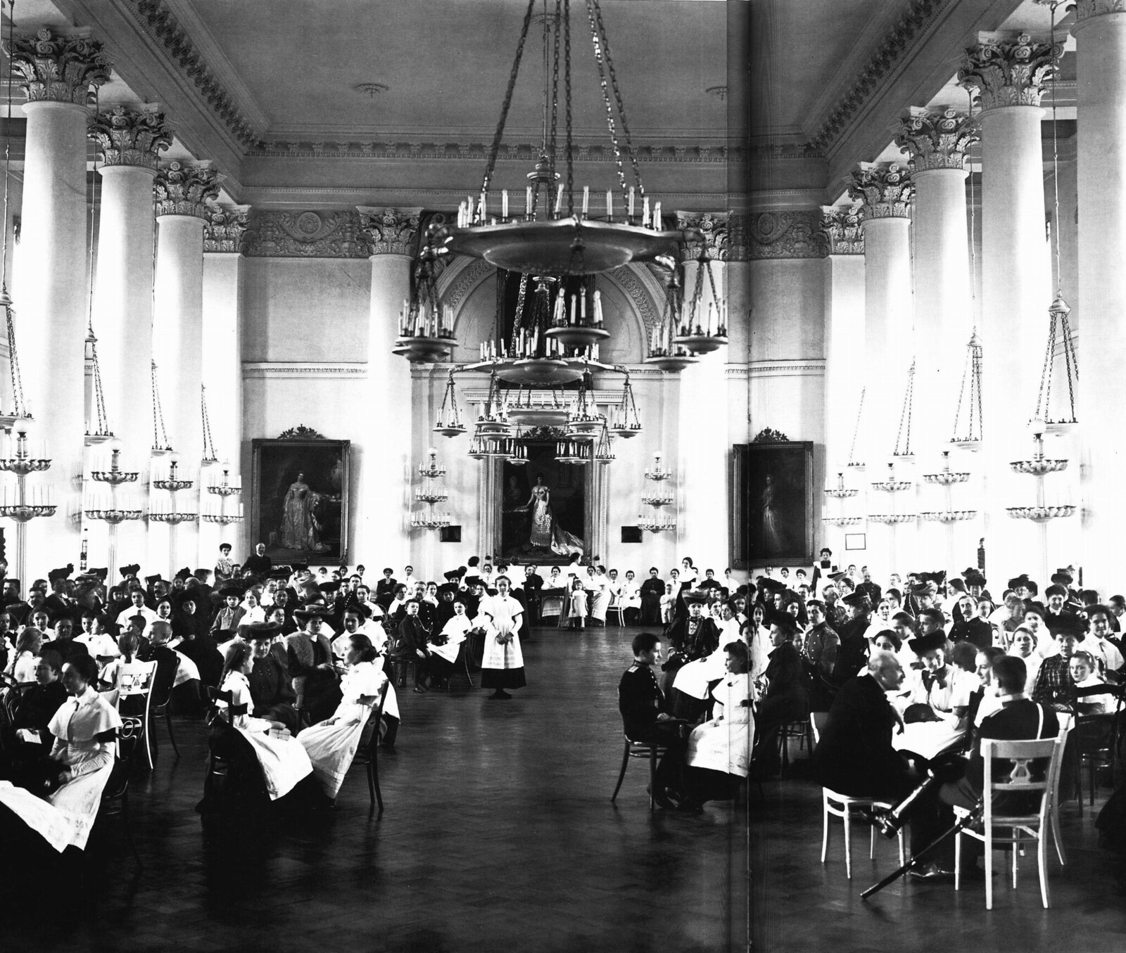 1913. Приёмный зал Смольного института. Среди посетителей - воспитанники военных учебных заведений