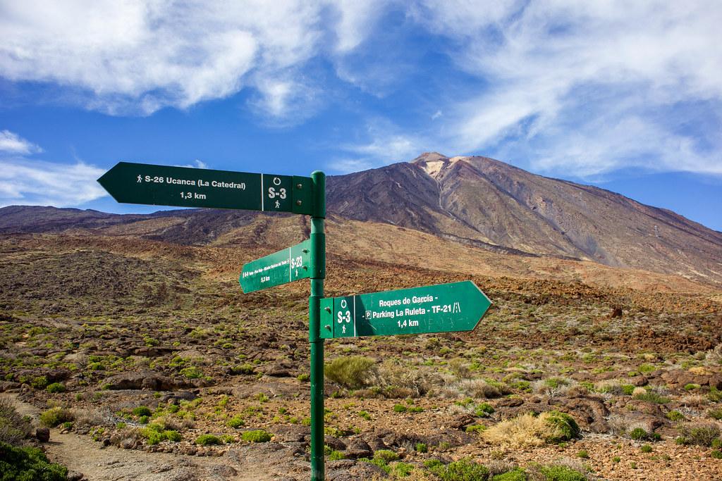 Señales de sendero hacia el Teide y Pico Viejo desde los Roques de García