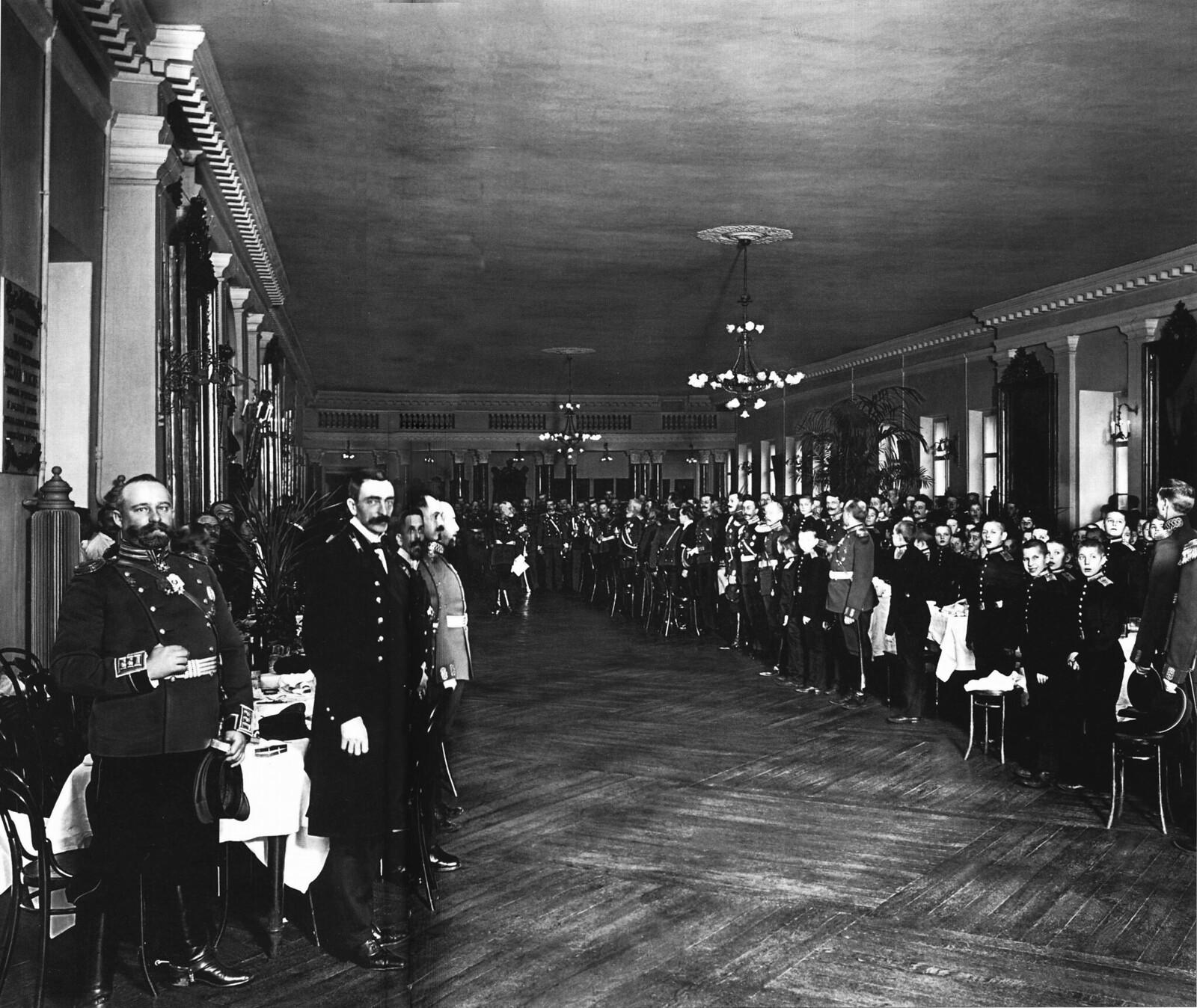 1912. Бывшие питомцы 2-го кадетского корпуса и кадеты на обеде по случаю 200-летнего юбилея