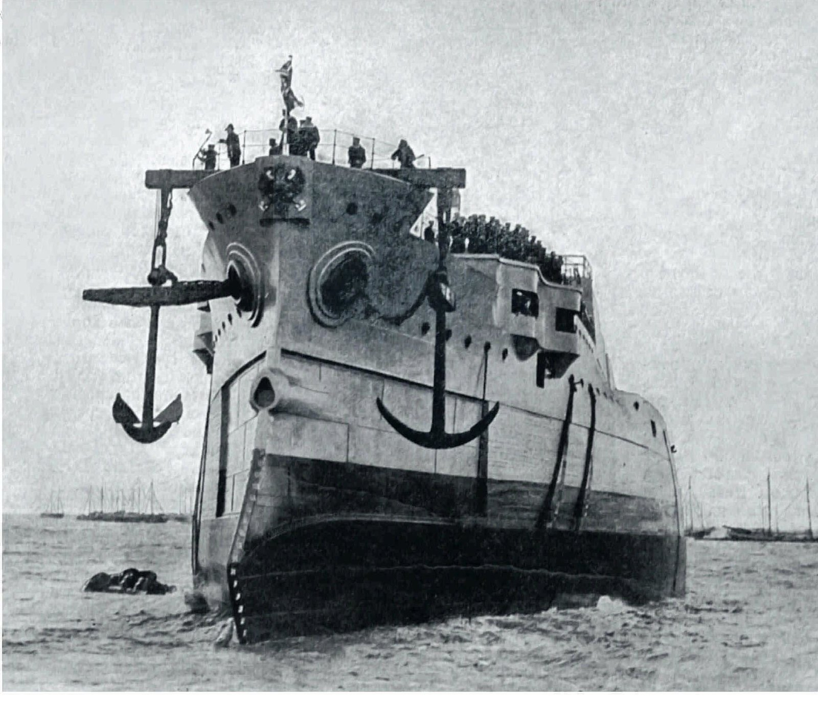 1902. Броненосец «Орёл», спущенный с эллинга Галерного острова. 6 июля