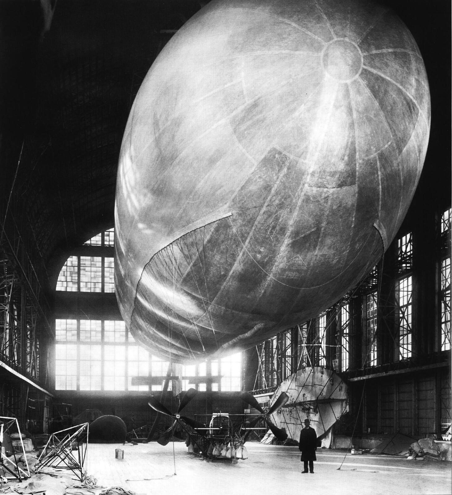 1911. Дирижабль «Ястреб» в эллинге воздухоплавательного парка