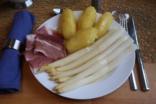 Weißer Spargel und Salzkartoffeln mit geschmolzener Butter sowie luftgetrocknetem Schinken (meine Portion)