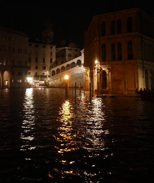 Dans la nuit vénitienne, approche du pont du Rialto, Canal Grande, Venise, Vénétie, Italie.