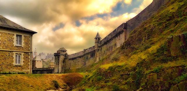 Fougères, au pied des murs du château.