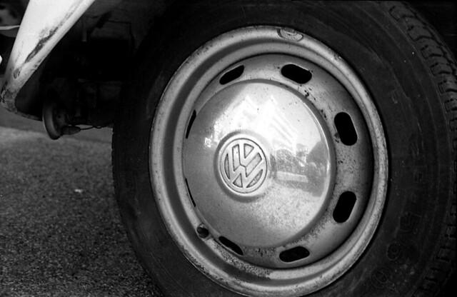 Auto-ritratto su ruota di Maggiolino