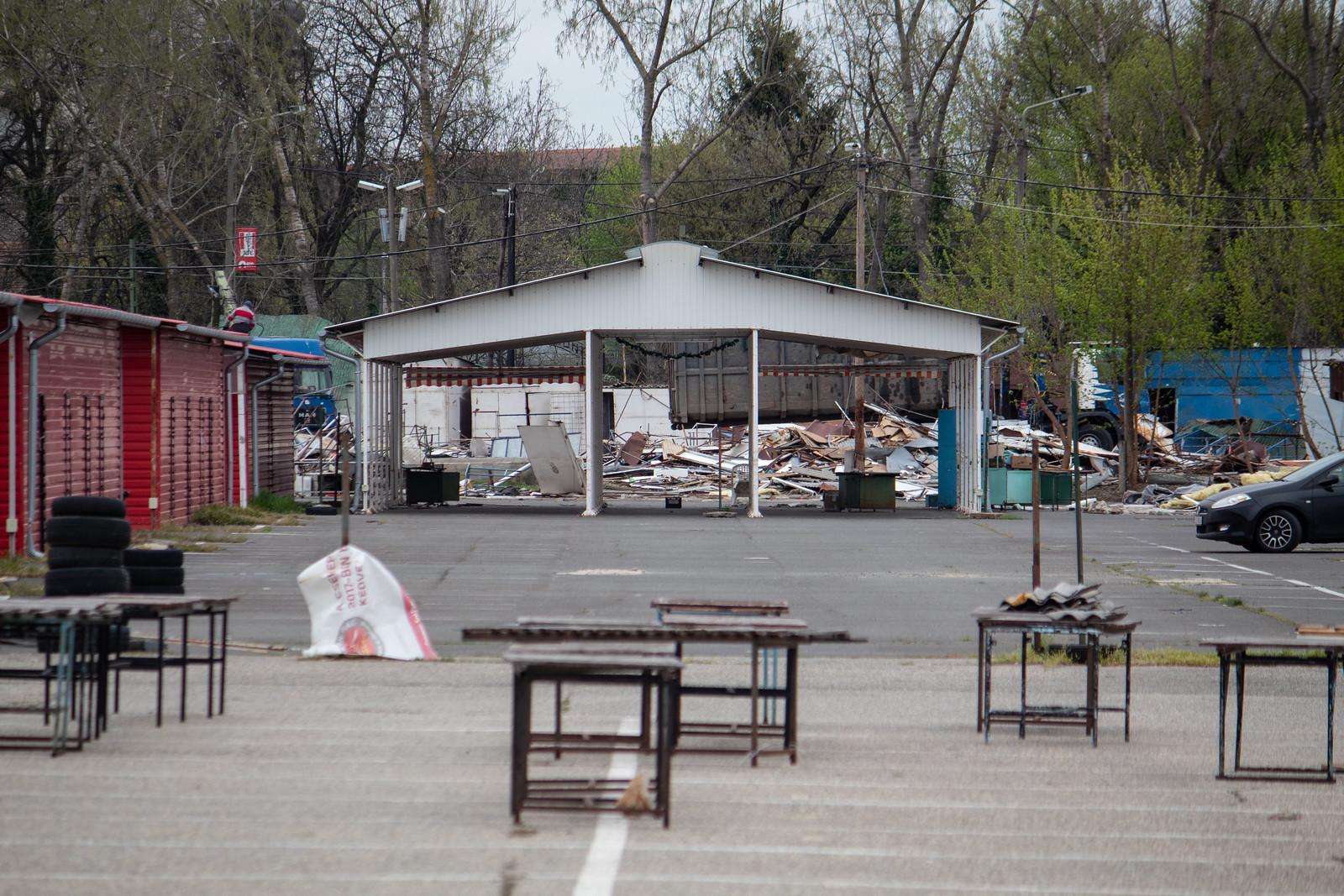 Elkezdték lerombolni a Cserepes sori piacot