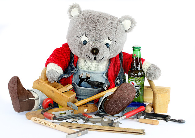 CARPENTER BEAR BAS IS DESPERATLY LOOKING FOR HIS BOTTLE OPENER ||  BAS IS IETS KWIJT
