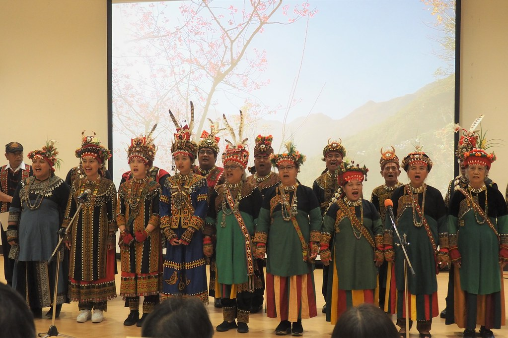阿禮風古謠樂團部落在成果發表會演唱魯凱古謠,向來賓歡迎致意。攝影:李育琴