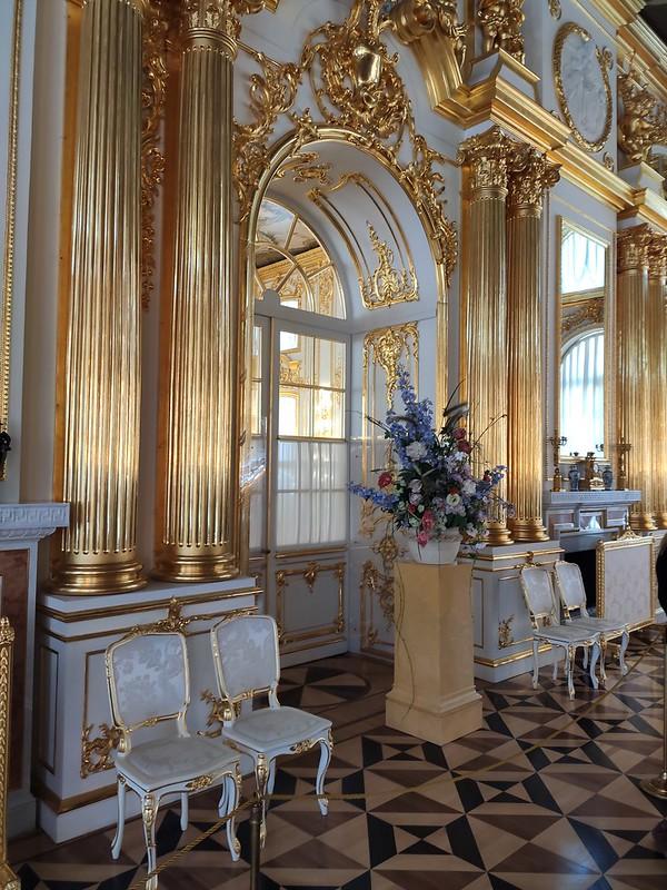 Большой Екатерининский дворец - Мебель и ваза с цветами