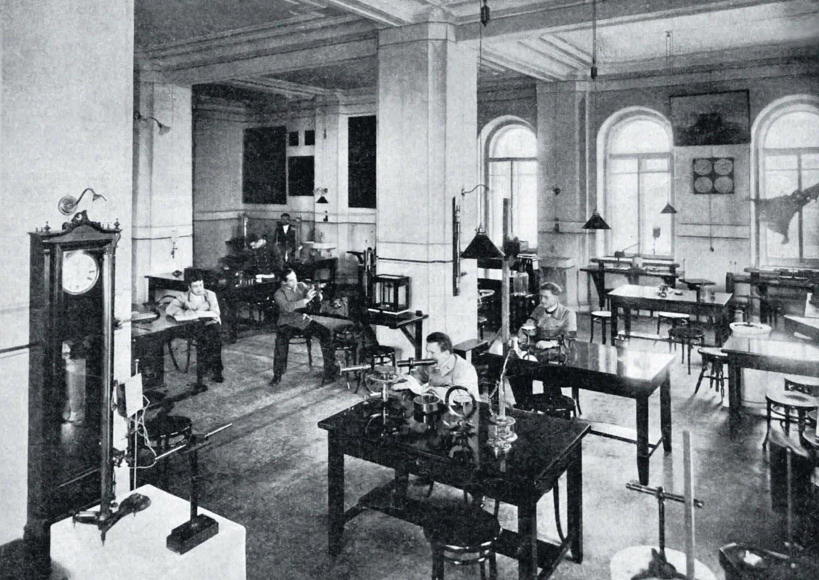 1915. Физический институт при Петербургском университете. Студенты на лабораторной занятиях.