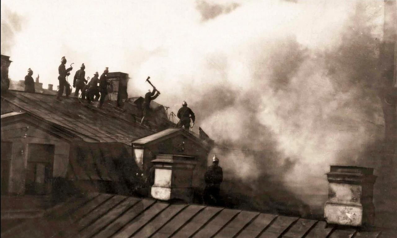 1914. Тушение пожара в Апраксином дворе. Группа пожарных за разборкой крыши корпуса наследников Линевича