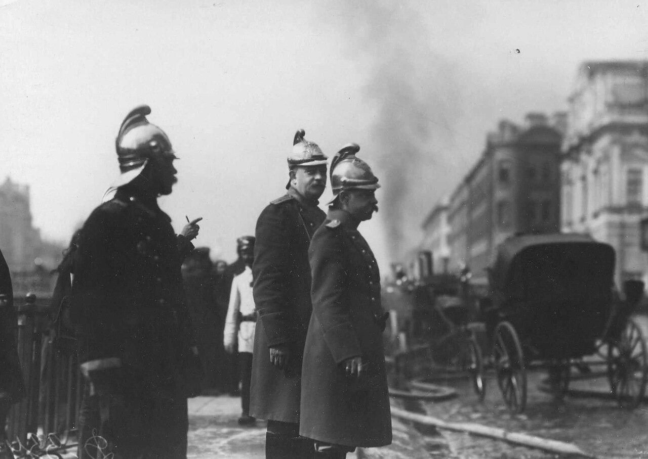 1914. Брандмайор с помощником наблюдает за тушением пожара. 3 июля