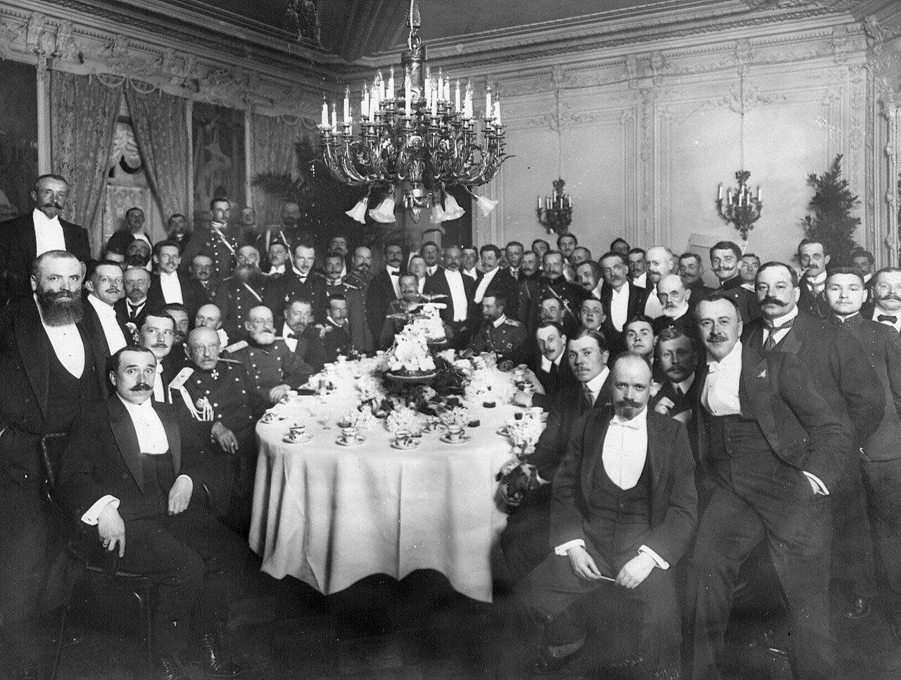 1910. Группа авиаторов за праздничным столом по случаю открытия авиационных состязаний