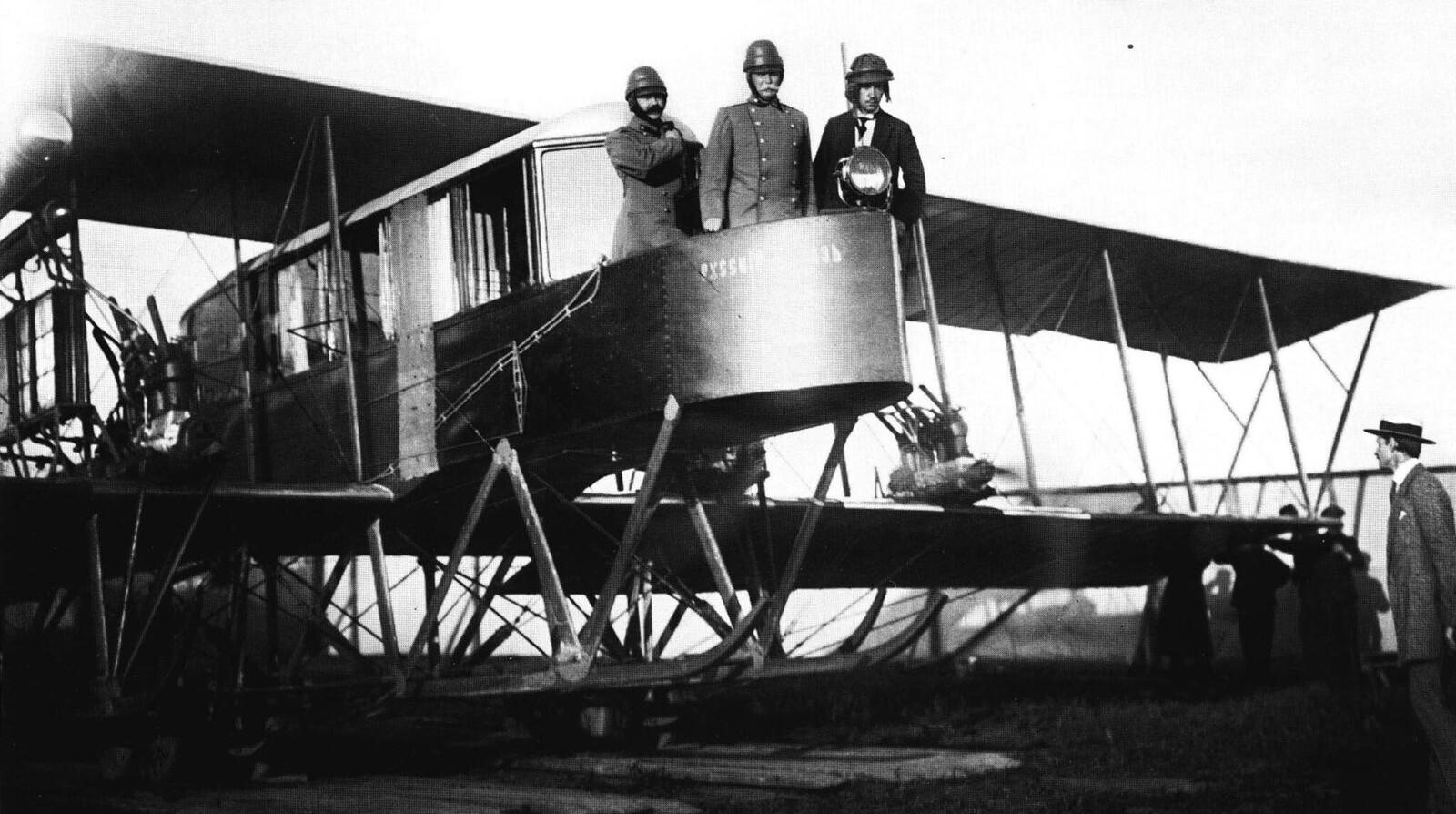 1913. Конкурс военных аэропланов. Авиаторы И.И.Сикорский (справа), генерал-лейтенант Н.В.Каультбарс (в центре) в первом в мире многомоторном аэроплане «Русский витязь»