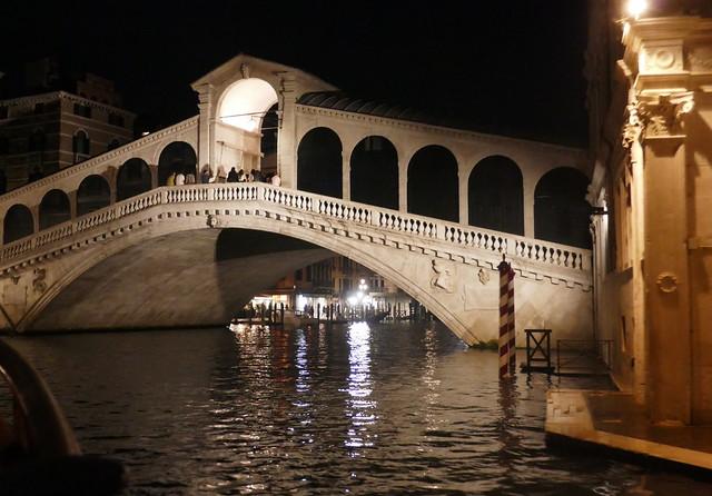 Dans la nuit vénitienne, le Rialto, Canal Grande, Venise, Vénétie, Italie