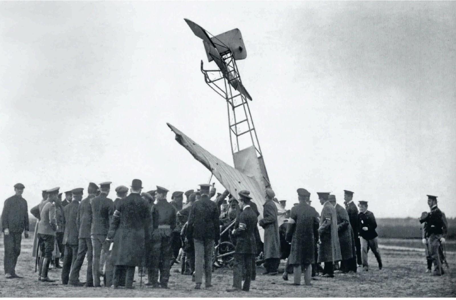 1910. Вид аэроплана Блерио, потерпевшего аварию во время второй аэронедели