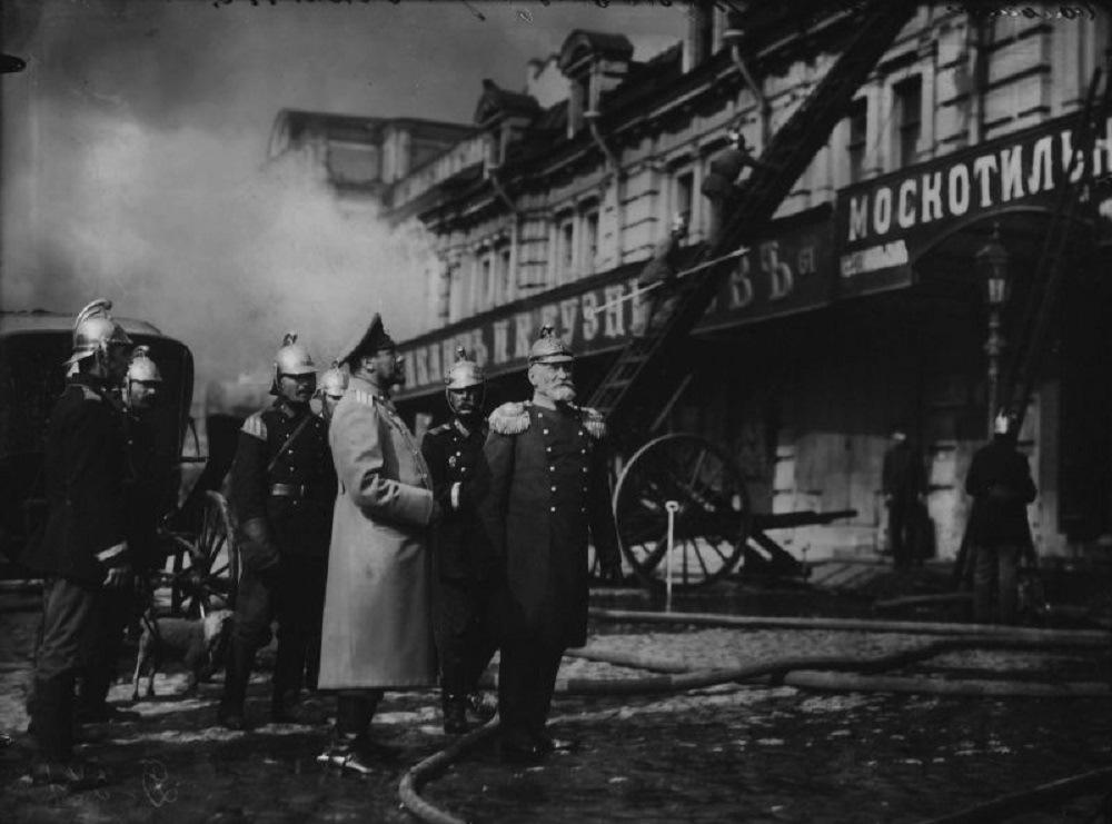 1914. Брандмейстер Александро-Невской пожарной части с помощником наблюдают за тушением пожара в Апраксином дворе. 3 июля