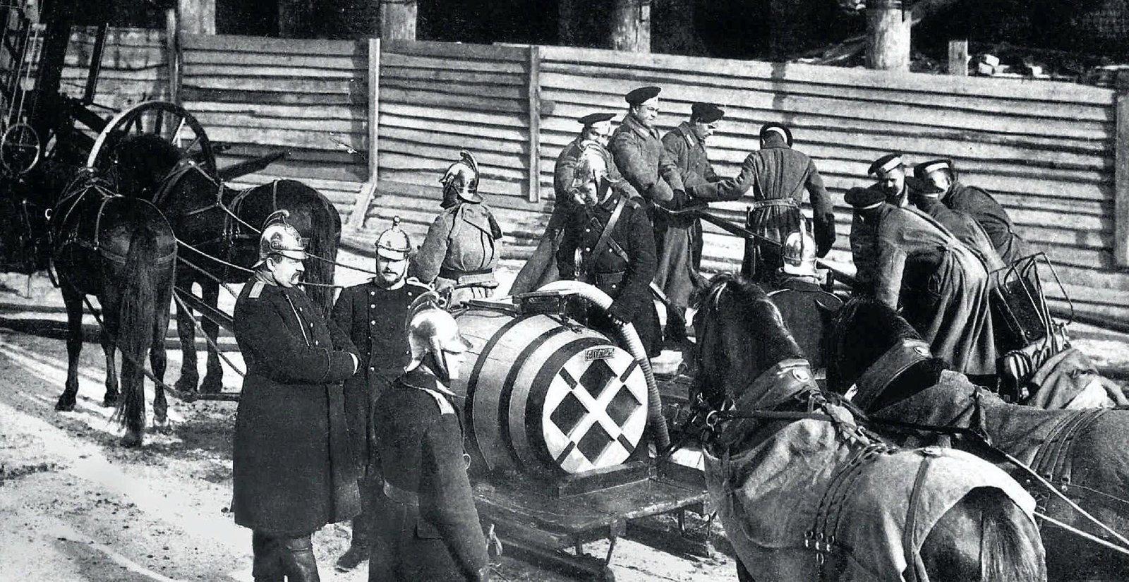 1913. Пожарные на тушении охваченного огнём строящегося дома Залемана