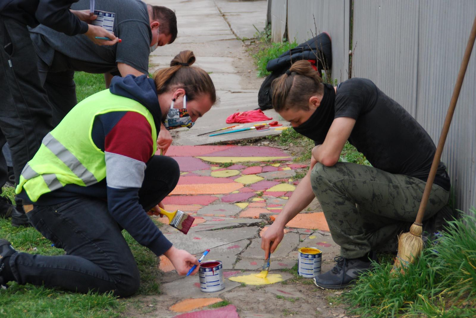 A passzivisták járdát festettek, a polgármester feljelentett, a rendőrök pedig bevitték őket