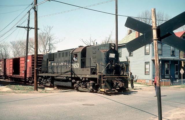 Penn Central 7653 EB freight Freehold NJ 4-75