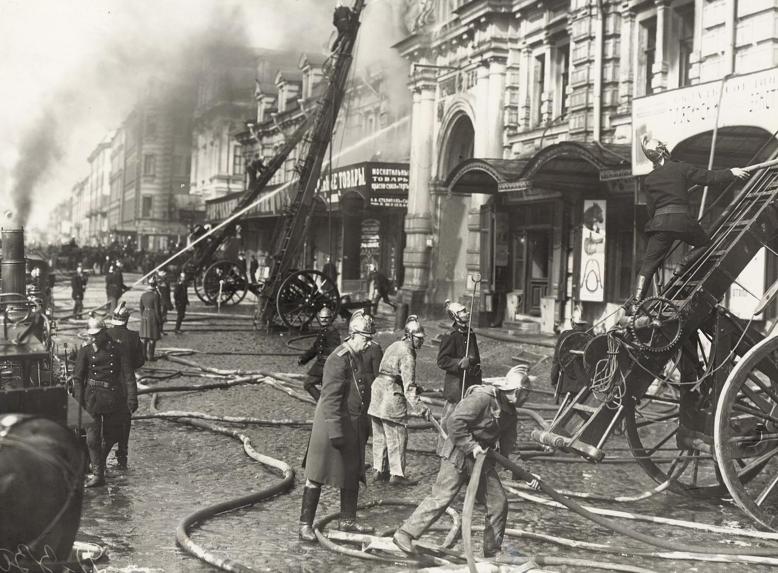 1914. Тушение пожара в Апраксином дворе. 3 июля