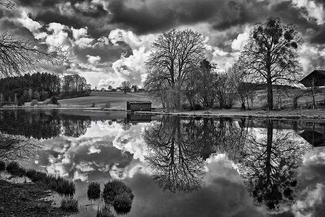 Klare Spiegelung mit Wolken