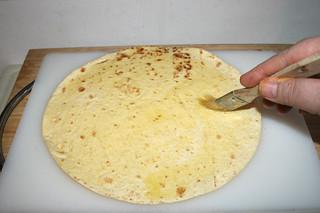 26 - Spread oil on tortilla / Tortilla mit Öl bepinseln