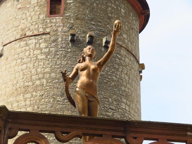 Statue auf dem Brunnenhaus