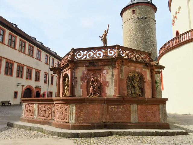Brunnentempel und dahinter der Bergfried
