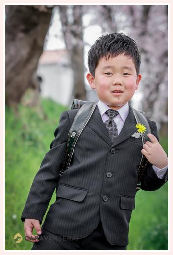 小学校1年生 入学 スーツを着て記念写真撮影