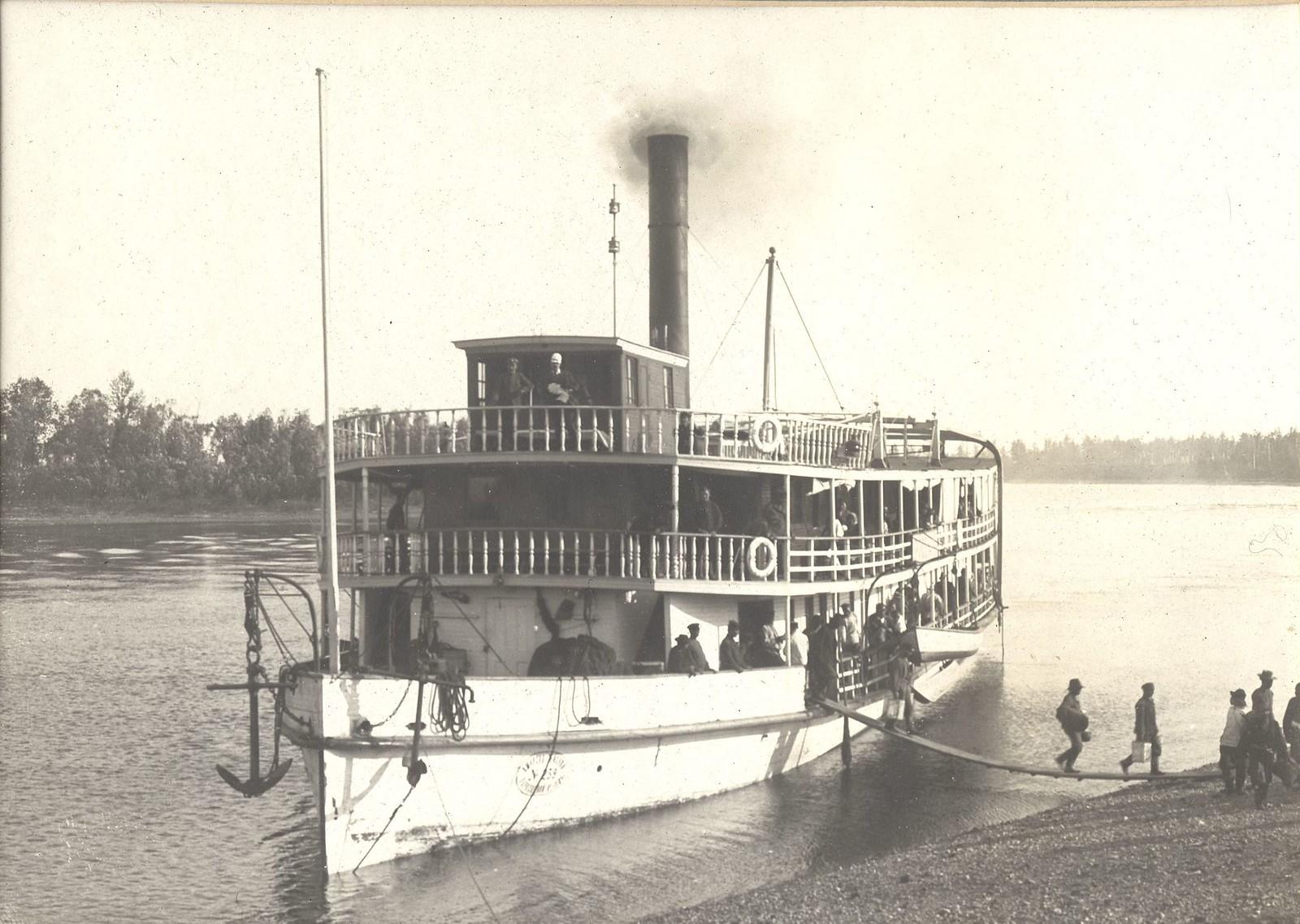 Высадка с парохода «Русский» на берег у деревни Овсянки