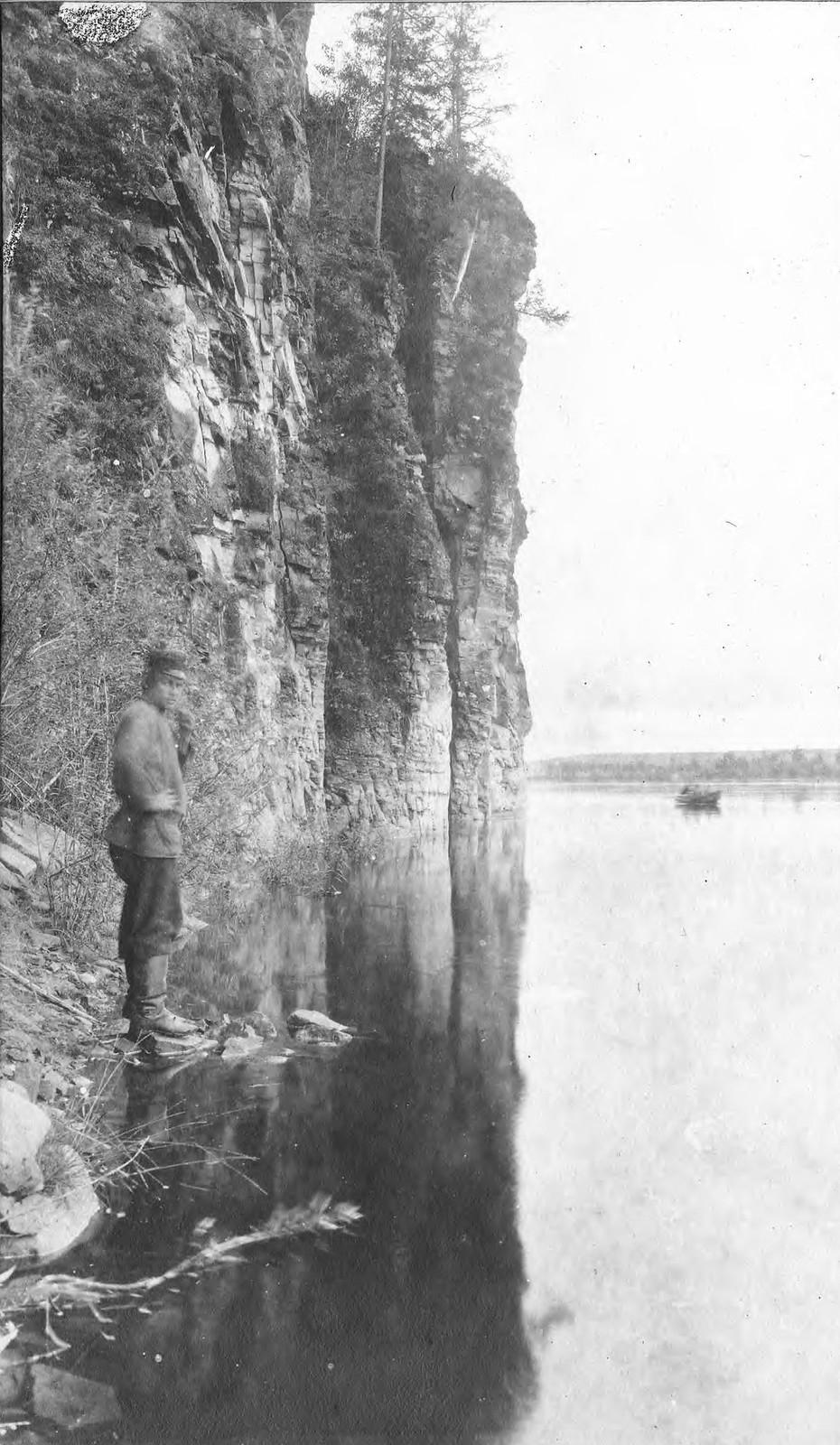 Вид участка обрывистого правого берега реки Зеи