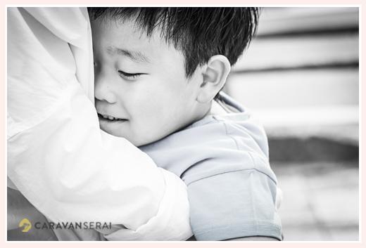 ママにハグする少年 モノクロ写真