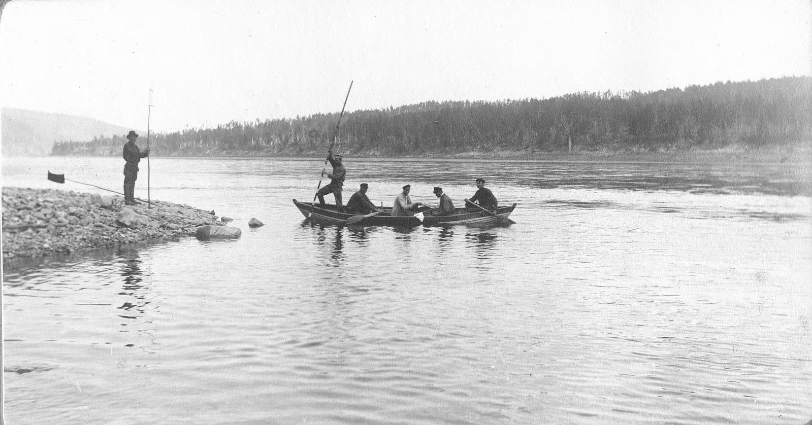 Момент проведения промеров глубины реки с лодки.