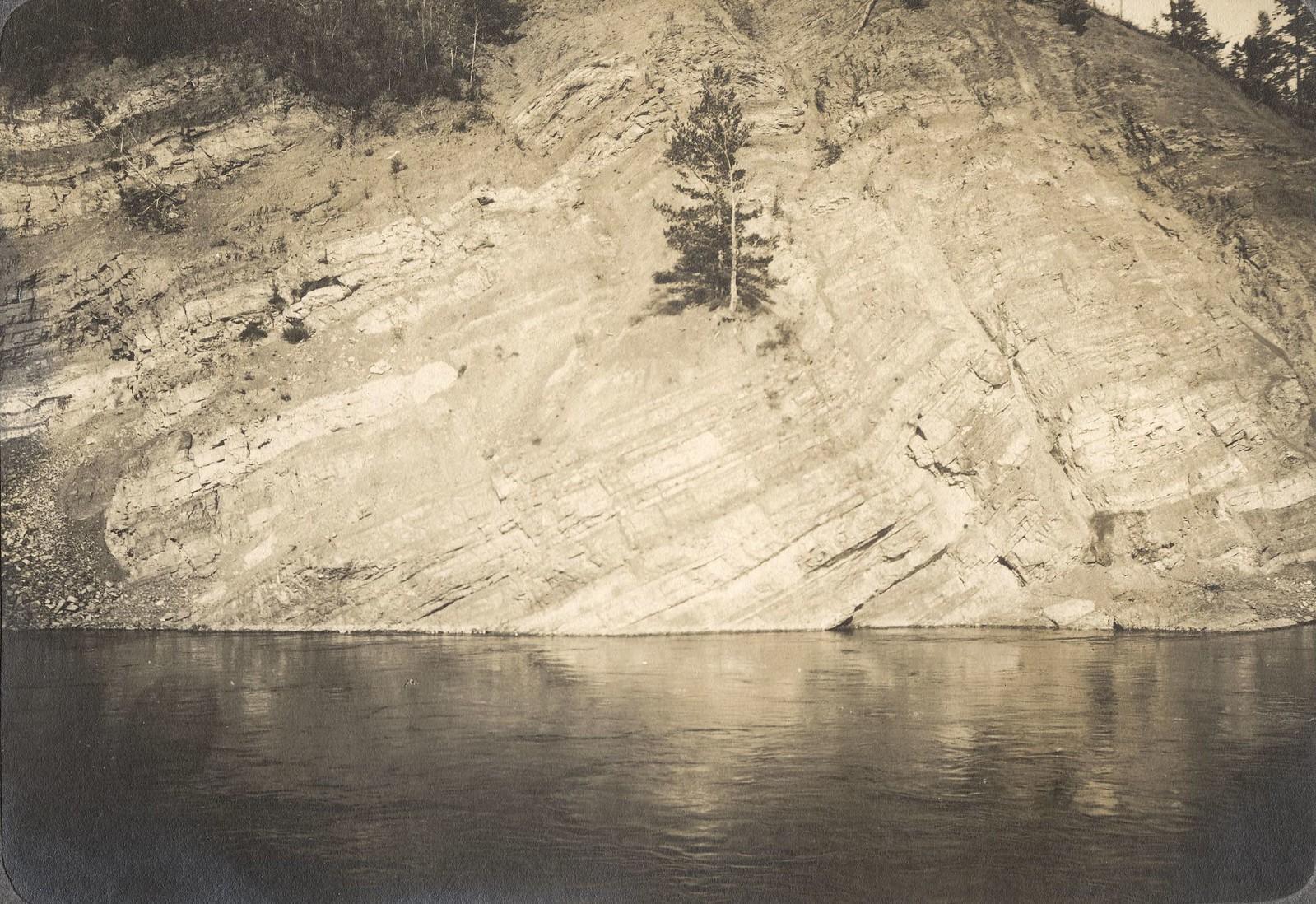 Вид утеса «Полосатик» на берегу реки Амур