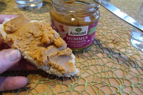 Hummus mit Datteln und Feigen auf Rest des Sesamkringels