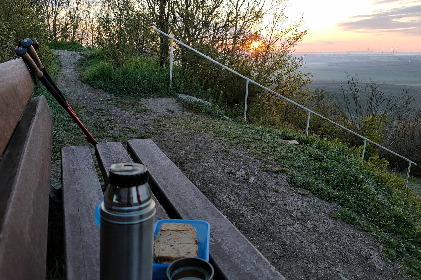 Brotzeit und Kaffee bei Sonnenaufgang auf dem Petersberg