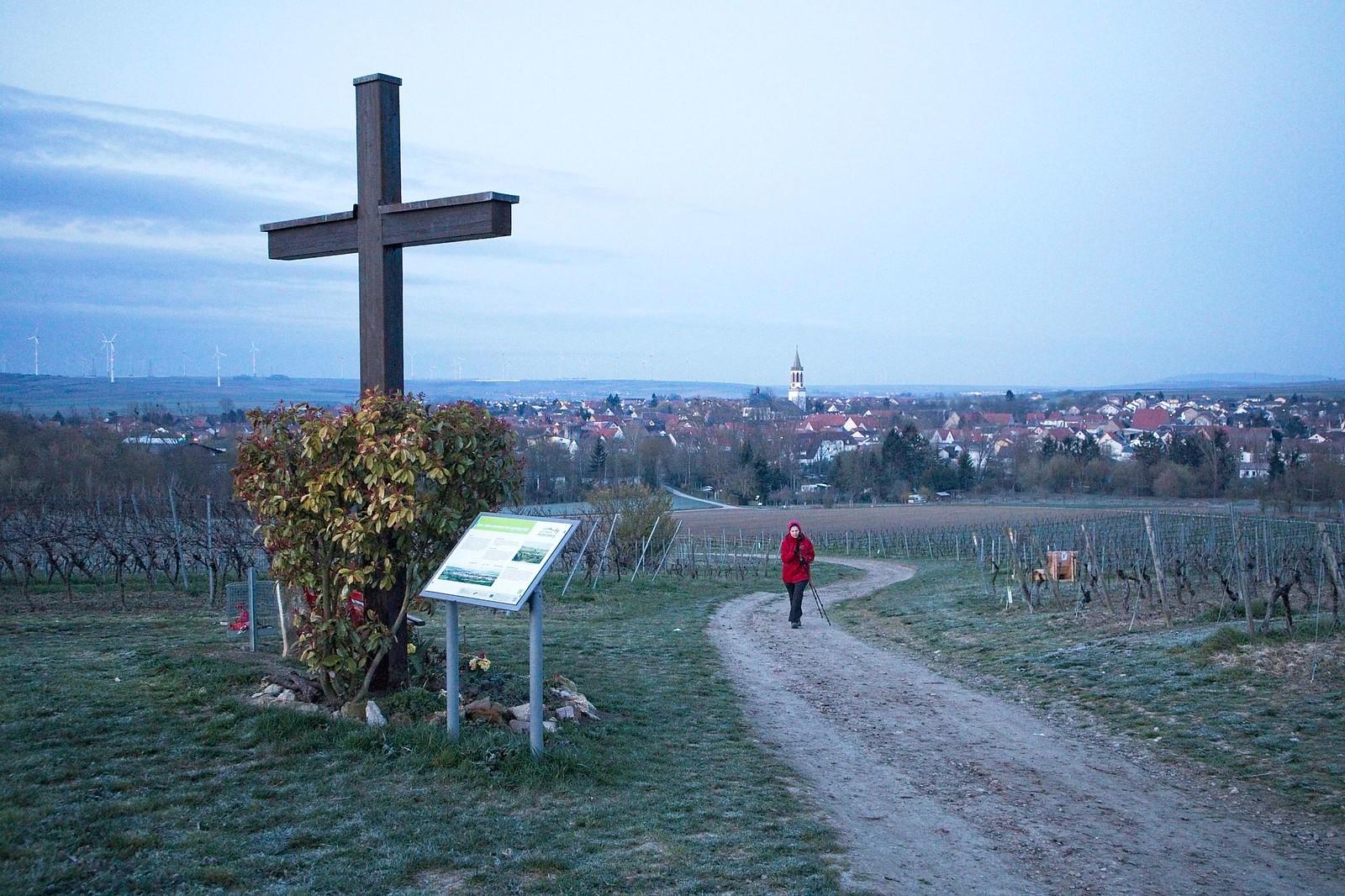 Kreuz mit Weg und Blick nach Gau-Odernheim