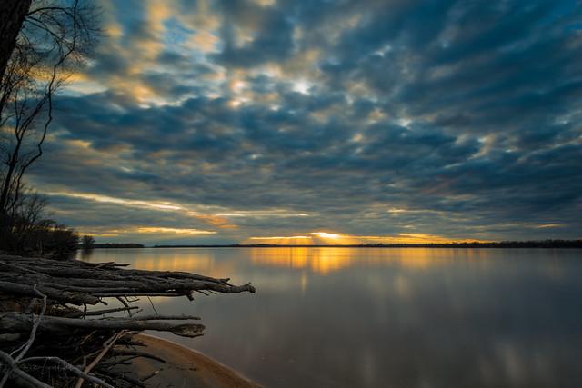 Sunset along the shore | Coucher de soleil sur le bord du rivage